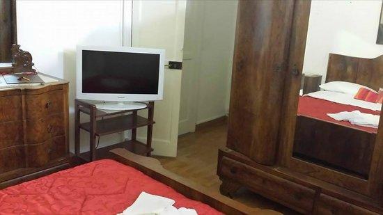 B&B Palazzo Anticaglia Luxury Napoli: camera suite con mobilio antico bagno televisione al pplasma