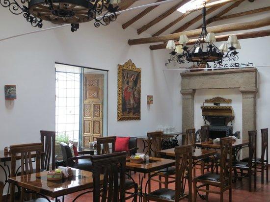 Hotel Rumi Punku : sala de estar e caféda manhã