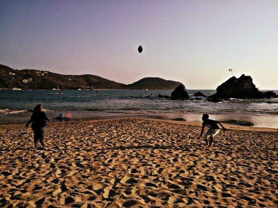 Playa la Ropa: Jugando pases (Futbol Americano) con una gran amiga.
