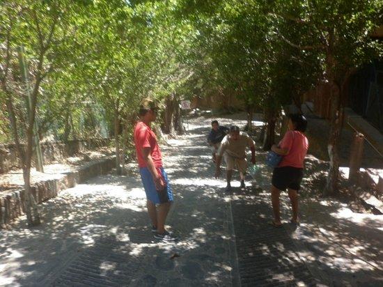 Entrando a la playa La Ropa. Funny Picture :)