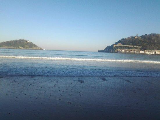 Playa de La Concha: La isla de Santa Clara, en medio de la bahía de la Concha.