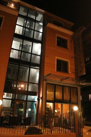 Hotel Ambasciata: Отель вечером