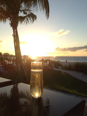 Grace Bay Club: Great sunset drink at infinite bar