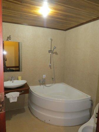 Sada Hotel: Ванна без шторки
