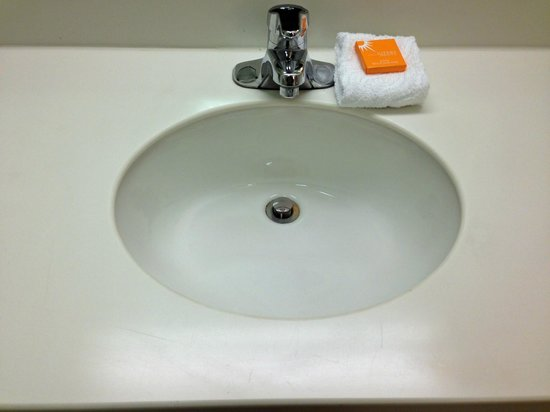 La Quinta Inn & Suites Winston-Salem : sink