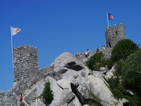 Castle of the Moors : 下から見上げた城壁