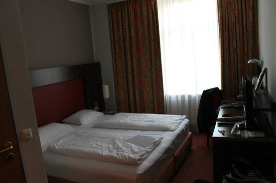 Mercure Hotel Munchen am Olympiapark: Habitación en primera planta con ventana hacia Leonrodplatz