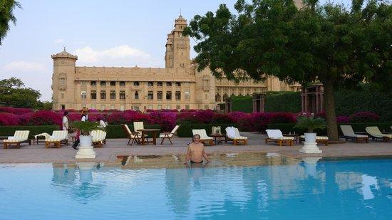 Umaid Bhawan Palace Jodhpur : Blick auf das Hotel vom Pool