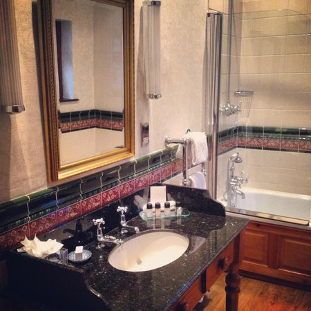 Nunsmere Hall Hotel: The en-suite bathroom