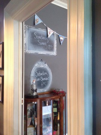 Rum Doodle Bed & Breakfast : Nice touch to give you the weather in the dining room