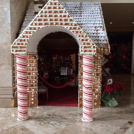 The Peninsula Manila: Gingerbread house in the lobby