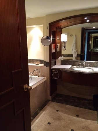 The Peninsula Manila: Bathroom