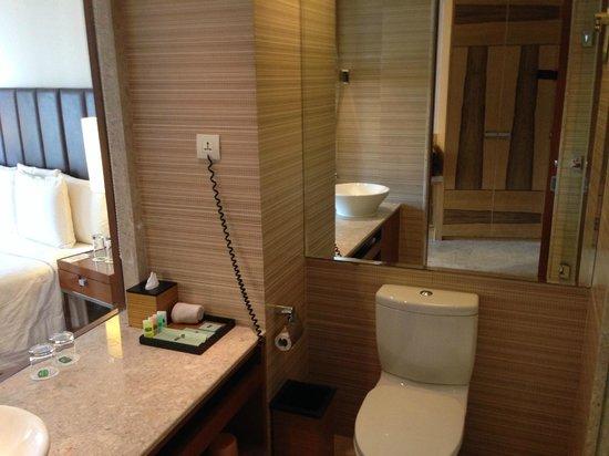 Courtyard by Marriott Hyderabad: Bathroom
