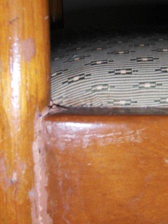 Duangtawan Hotel Chiang Mai : Broken Furniture