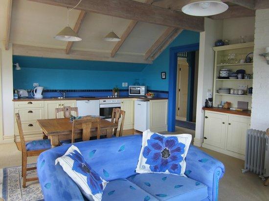 Villa 10 Waterfront Apartments: Loft- sitting area