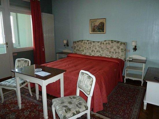 Metropole Suisse Hotel: Big room, big bed, big radiator :-)