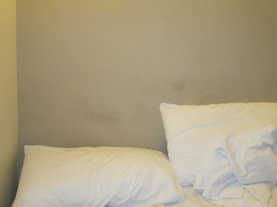Oxford Hotel London: Disgusting stains on the walls I