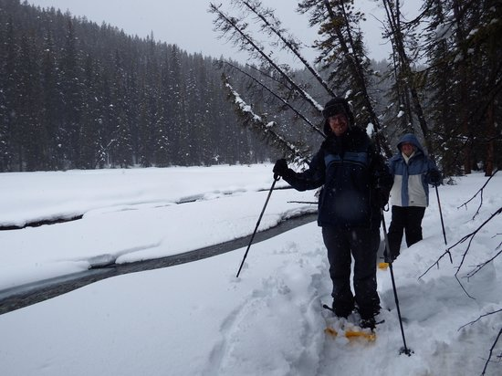 Great Divide Day Hikes : Snowshoeing along the river