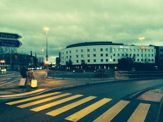 Ibis Geneve Petit Lancy: L hotel è servito benissimo dai mezzi pubblici