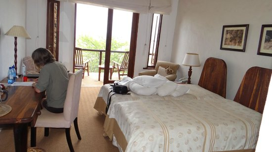 Isandlwana Lodge: Bedroom - double bed with veranda beyond