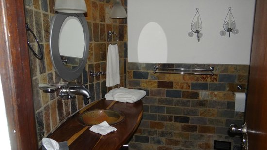 Isandlwana Lodge: The bathroom has unusual and striking tiling.