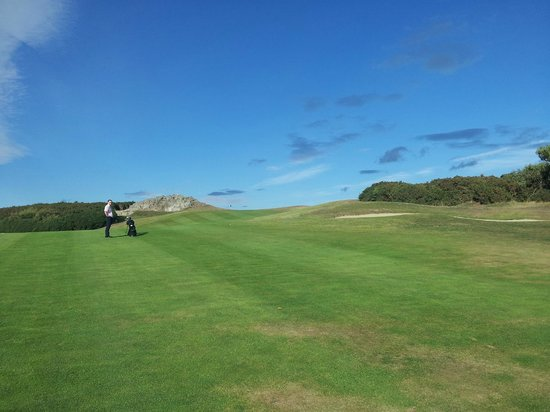 Greystones, Ireland: 7th hole uphill approach to green