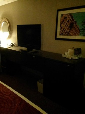 Four Points by Sheraton Milwaukee North Shore: tv/dresser/refrigerator