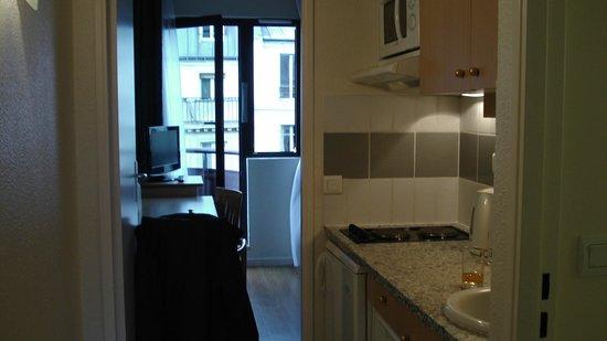 Citadines Bastille Gare de Lyon Paris : coin cuisine et vue avant sur la rue