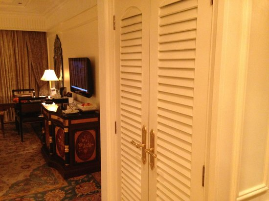 The Leela Palace New Delhi: closet
