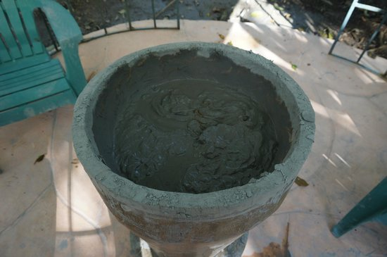 Blue River Resort & Hot Springs: Volcanic Mud (nice to apply after the natural sauna)