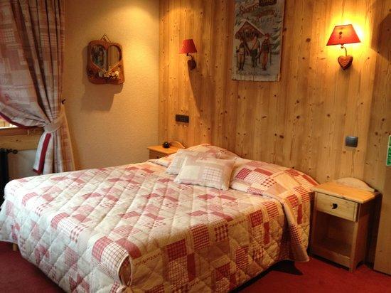 Hotel Les Ecureuils: vue partie lit