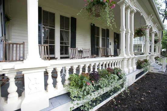 The Inn at Cooperstown: Front porch of the inn - great spot to relax