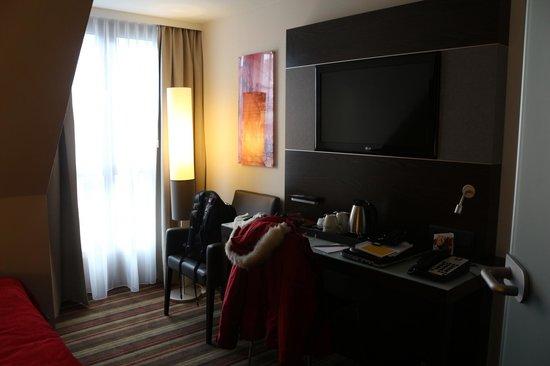 Leonardo Hotel Vienna: Escritorio muy comodo