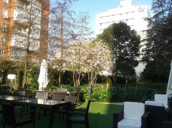 Ayre Gran Hotel Colon: Jardín y edificio asociado