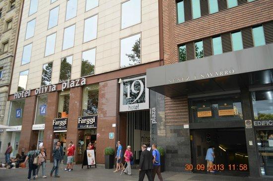 Olivia Plaza Hotel: фасад отеля. рядом - можно попить кофе
