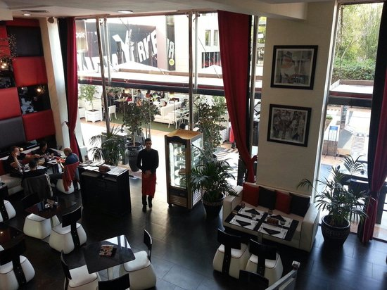 Bistrot Romain: Very modern and contemporary inside decor