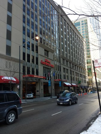 Hilton Garden Inn Chicago Downtown/Magnificent Mile : Hotel from street