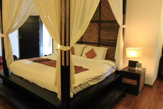 The Windflower Resort & Spa, Mysore : Four poster bed.