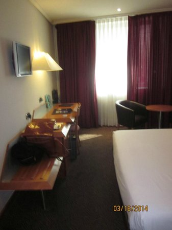 Abba Sants Hotel : Desk area of room
