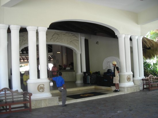 Cofresi Palm Beach & Spa Resort : Front of the hotel