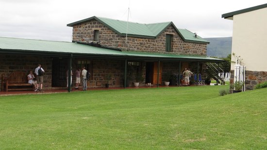 Spion Kop Lodge: The main building, with reception, dining room and small shop