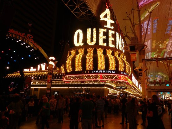 Four Queens Hotel and Casino: Front of hotel from Freemont St