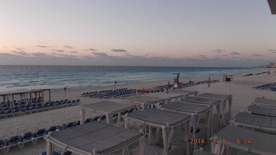 Gran Caribe Resort: Lots of beach chairs / cabanas