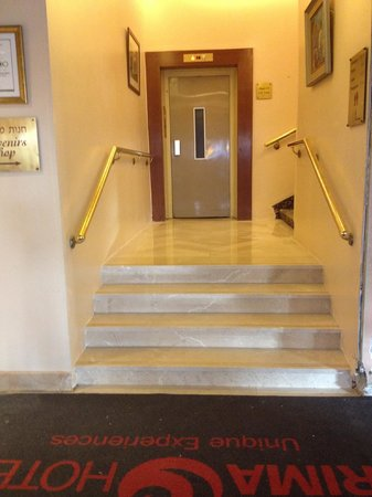 Hotel Prima Kings: The pinnacle of accessible design:  Steps leading up the elevator landing.