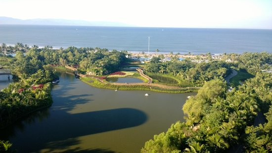 The Grand Mayan Nuevo Vallarta: Vista desde el Grand Bliss: áreas verdes, lagos y playa.