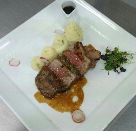 An Cruiscin Lan Hotel: Lamb rump, mash potato and smoked garlic jús