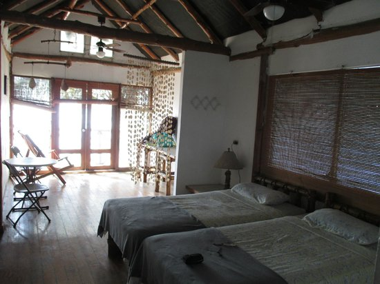 Los Cobanos Village Lodge: Bedroom on second floor. Beds can be pushed together.