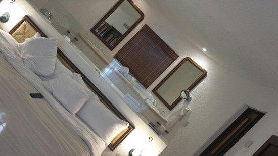 Bel Air Collection Xpu Ha Riviera Maya: El jacuzzi esta atrás de la cama
