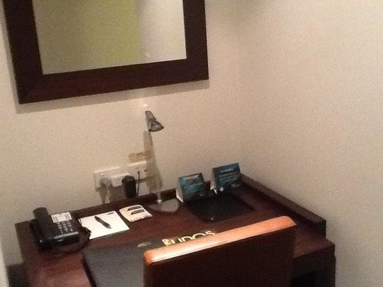 Metro Advance Apartments & Hotel Darwin: Office desk