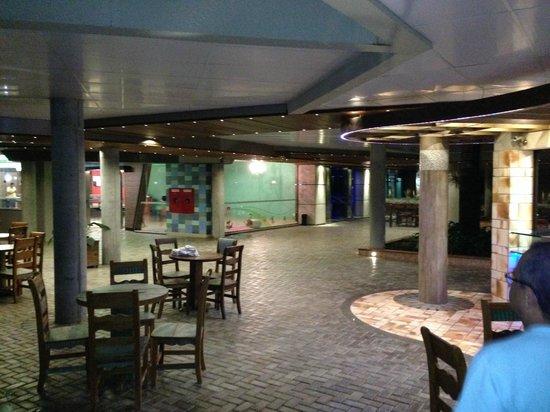 Recanto Cataratas Thermas Resort & Convention: Área de circulação no subsolo (piscina coberta, spa, boliche, jacuzzis, boate, etc).
